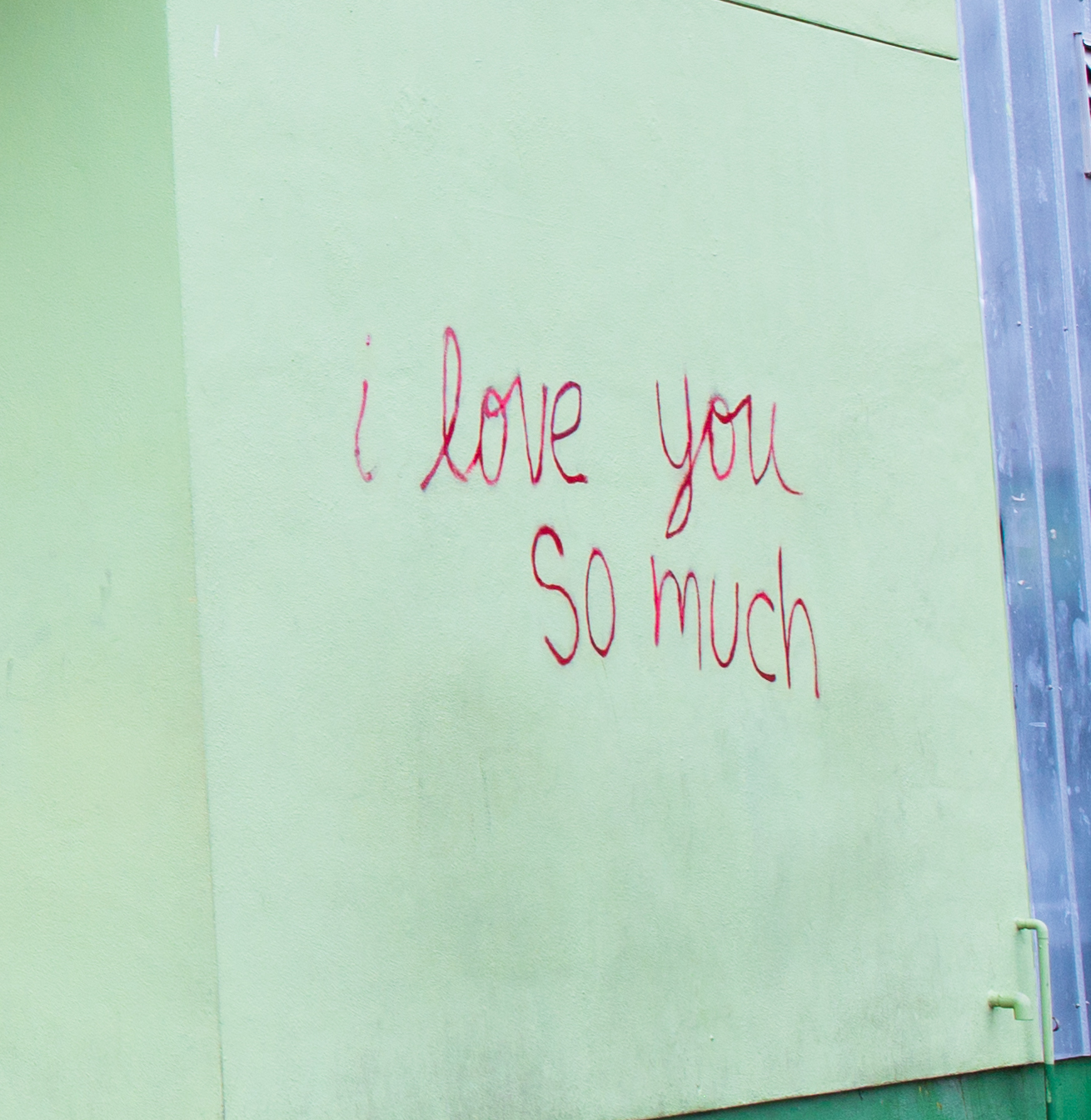 """i love you so much"" written on the wall in red"