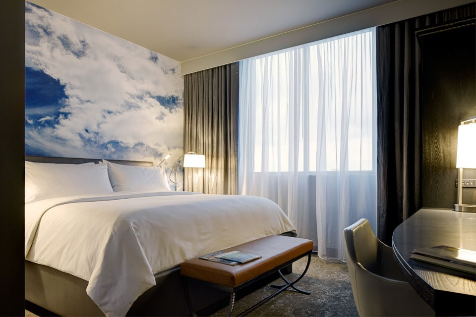 Classic King - bed with five-star bedding and cloud art mural