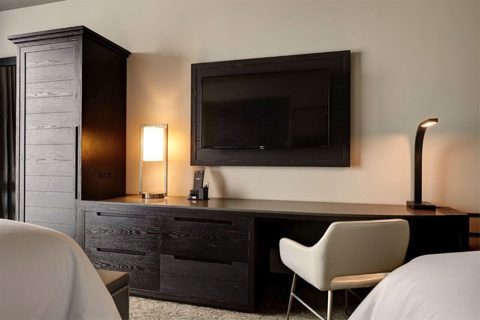Double Queen - desk and wall-mounted TV