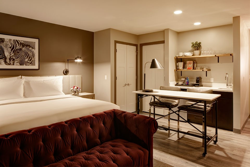 Archer Hotel Burlington Deluxe King Hearing-Accessible Studio Suite - workspace and wet bar