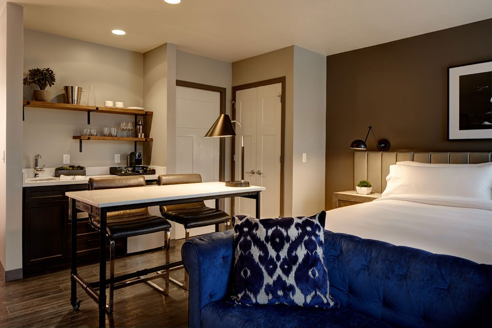 Archer Hotel Florham Park Deluxe King Studio — bed, workspace and wet bar
