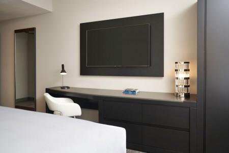 Double King - oversized desk, wall-mounted TV and full-length mirror