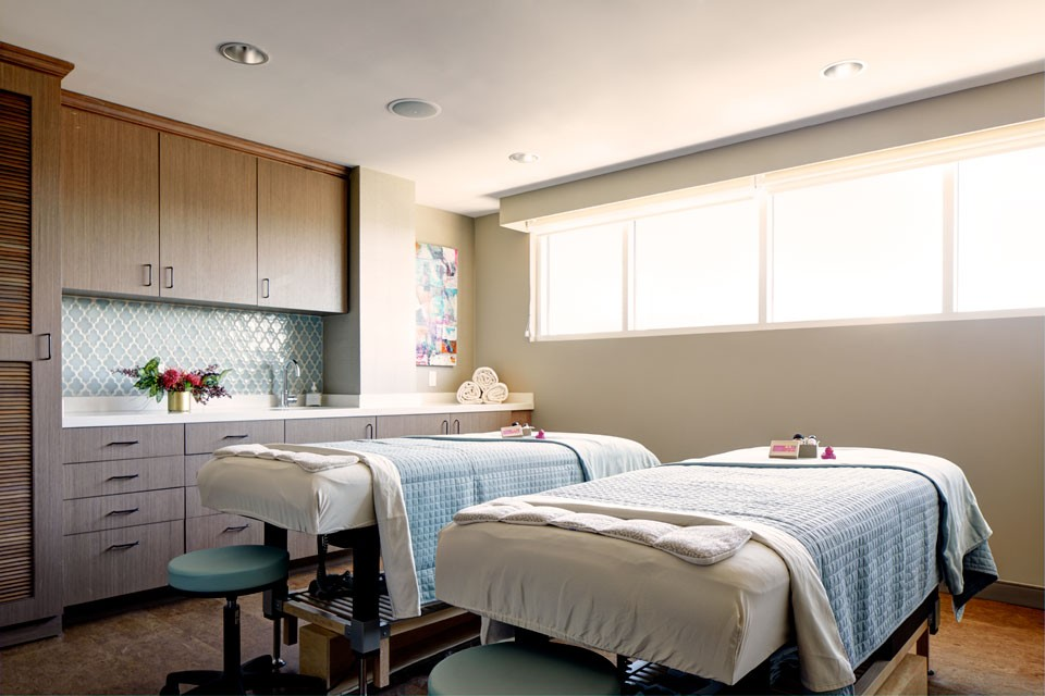 Archer Hotel Napa - Rooftop Spa Treatment Room Double bed with treats