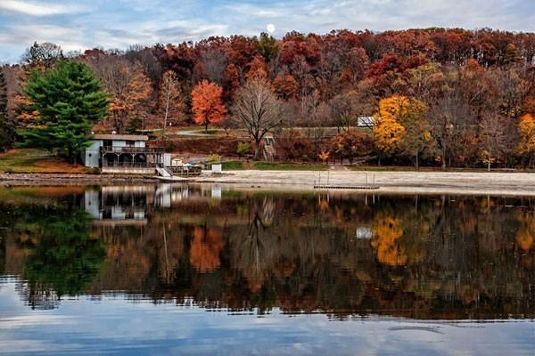 Morristown lake in the fall